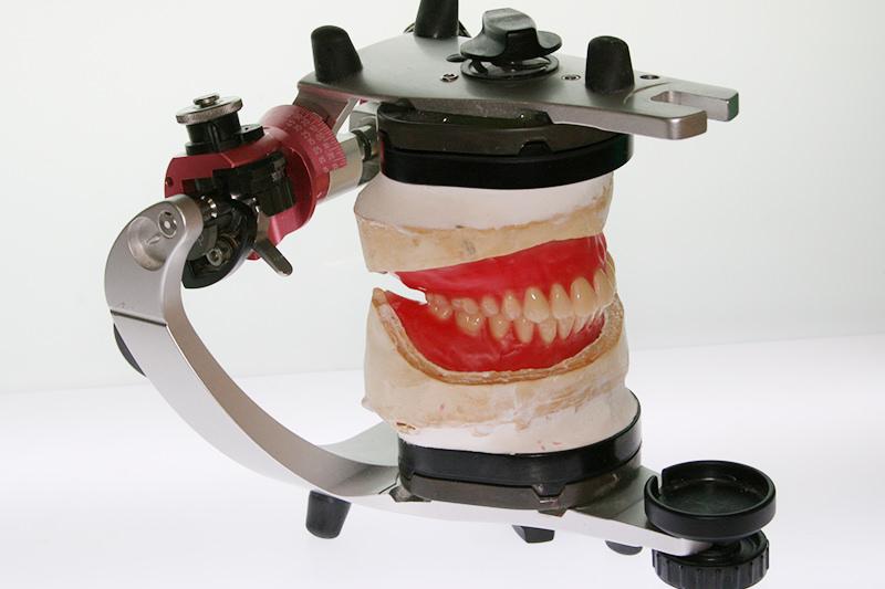 噛み合わせ診断を行ってから入れ歯を作製します